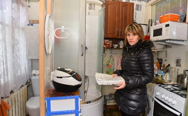 Унитаз, душ и плита на двух «квадратах»: Семье из Скуратово не дают новую квартиру