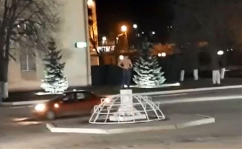 «Я тута царь!»: в Суворове неадекватный человек бил стекла в здании администрации и веселил прохожих