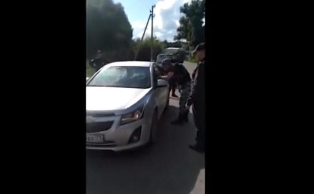 Пьяная мать с ребенком на Chevrolet пыталась скрыться от полиции и сбила инспектора: видео