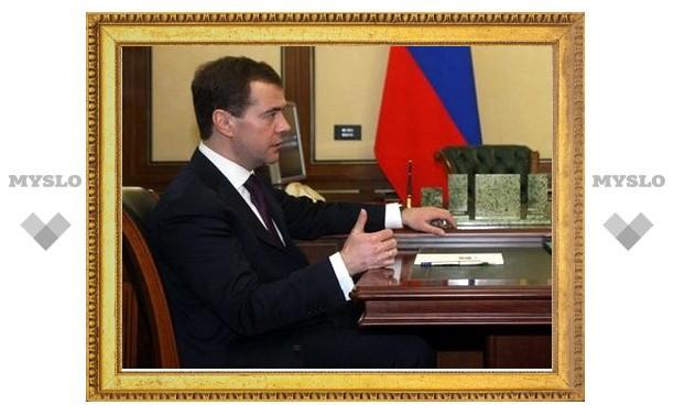 """Медведев пообещал """"разобраться"""" с нелегальными НПЗ"""