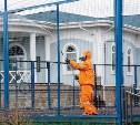 Военнослужащие Тульского спасательного центра дезинфицируют общественные места в коттеджном поселке