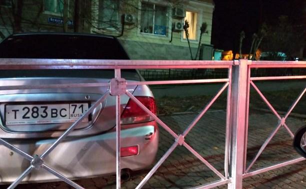 На ул. Бундурина в Туле припаркованную легковушку обнесли забором