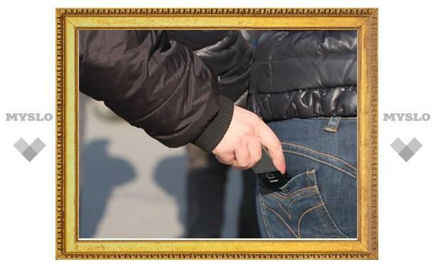 Тулячка украла у «жадного» парня мобильник