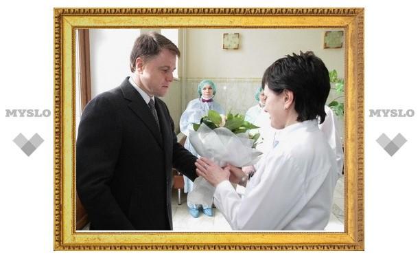Владимир Груздев поздравил молодых мам с наступающим праздником