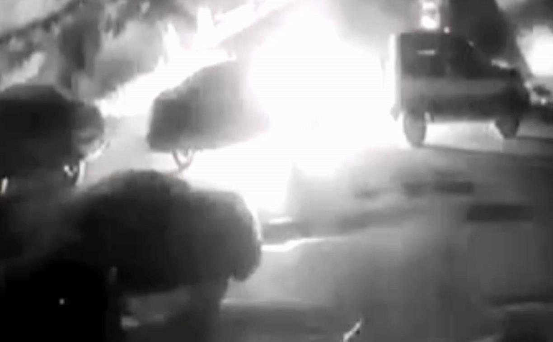 Поджог машины на ул. Хворостухина в Туле сняла камера видеонаблюдения