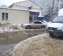 Лужа у дома №3 на ул. Лейтейзена превратилась в «море»