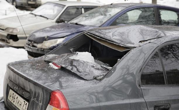 Наледь упала на машину на ул. Мезенцева в Туле