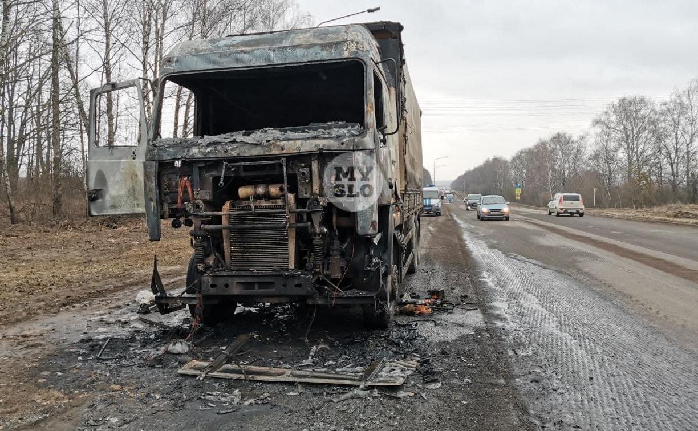 Под Тулой в районе Петелино сгорел грузовик: водитель успел припарковаться и выскочить наружу
