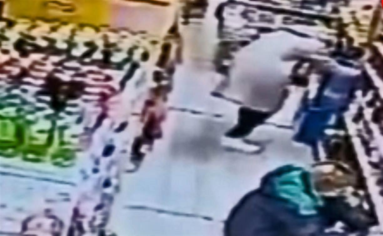 В Ефремове переодетый в женщину магазинный вор украл корзину продуктов: видео