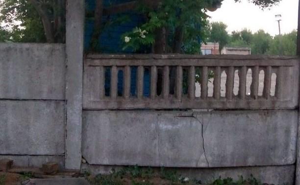 В Богородицке бетонное ограждение придавило ребенка: мальчик погиб