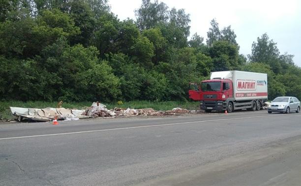 На Новомосковском шоссе у фуры развалился прицеп