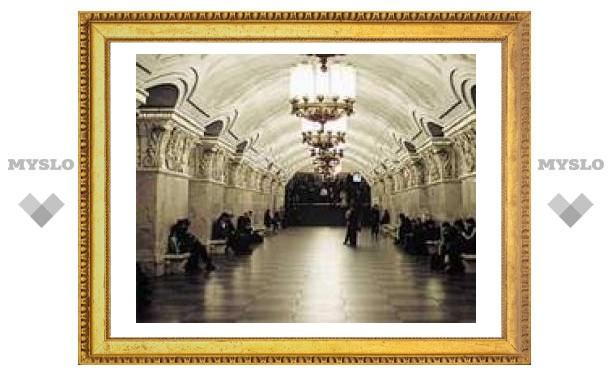 В московском метро на рельсы упали два человека