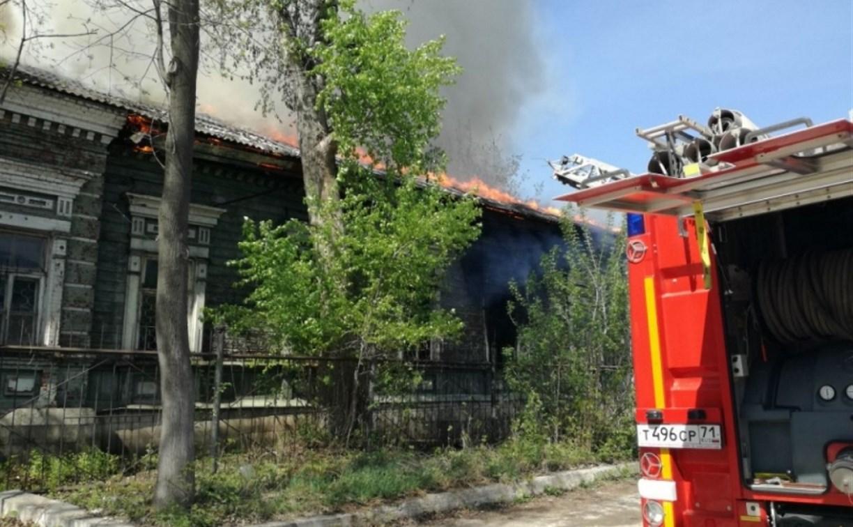 В Туле горит заброшенный дом