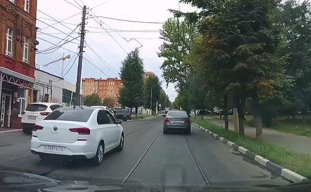 «Накажи автохама»: классическая для Тулы езда по встречным трамвайным путям