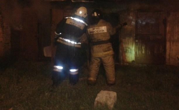 Ночью в Новомосковске загорелся сарайный блок
