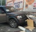 В Новомосковске автоледи на Land Rover врезалась в торговый центр