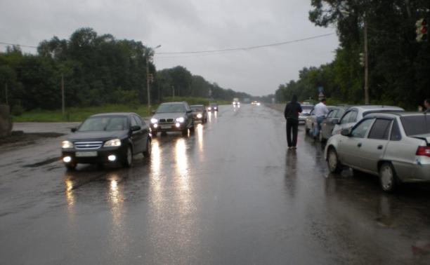 Под Тулой водитель эвакуатора снес три машины