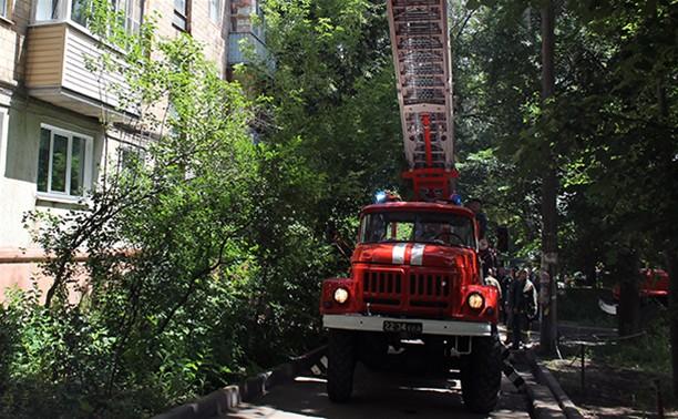 В Туле пожарные вывели старушку из горящей квартиры