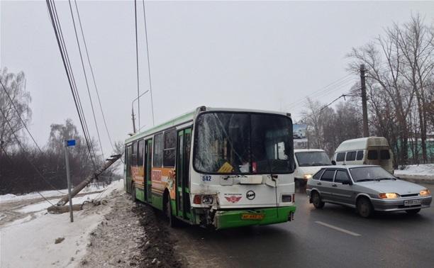 В Туле два автобуса снесли бетонные столбы