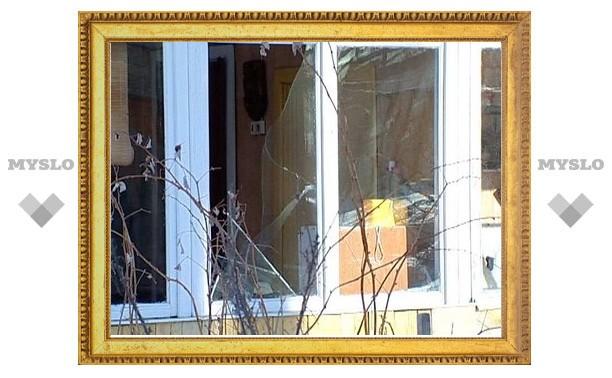 В Тульской области женщина швырялась в окна… санками
