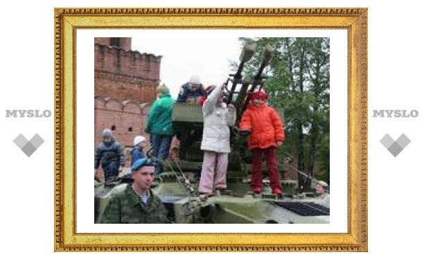 Маленькие туляки освоили военные машины