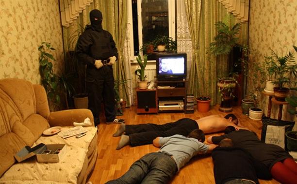 Сотрудник тульского УФСКН водил наркоманов в гости к алкоголику