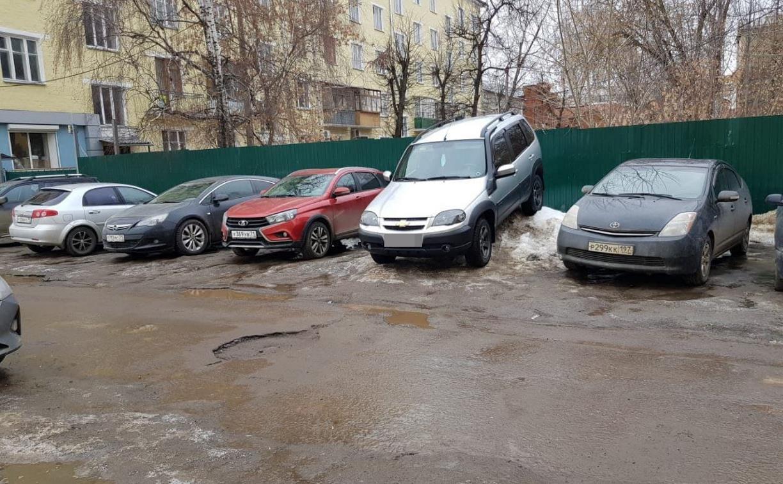 Сугроб парковке не помеха: туляк оставил машину на куче снега и ушел по своим делам