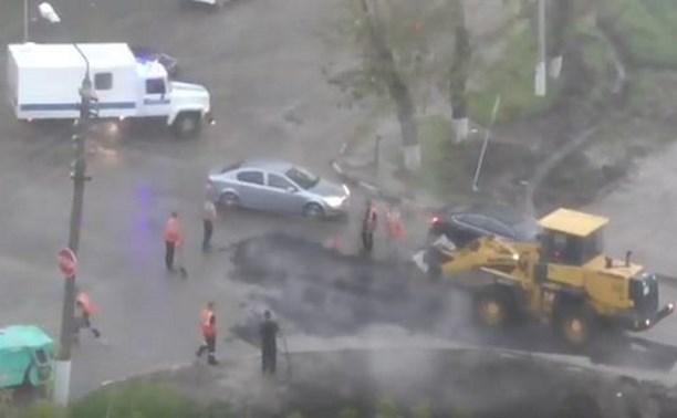 В Туле асфальт укладывают во время ливня: видео