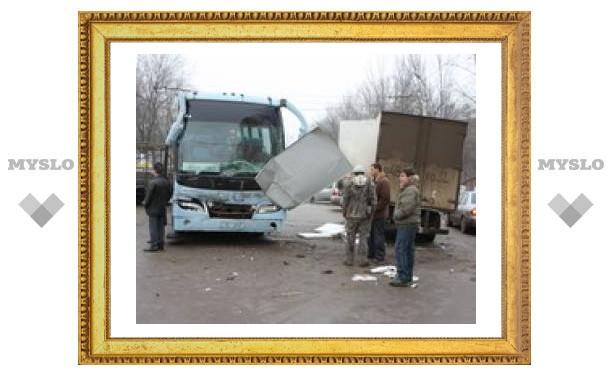 В центре Тулы автобус протаранил два грузовика