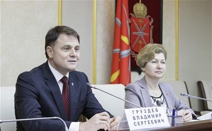 Владимир Груздев вручил гранты социально ориентированным НКО