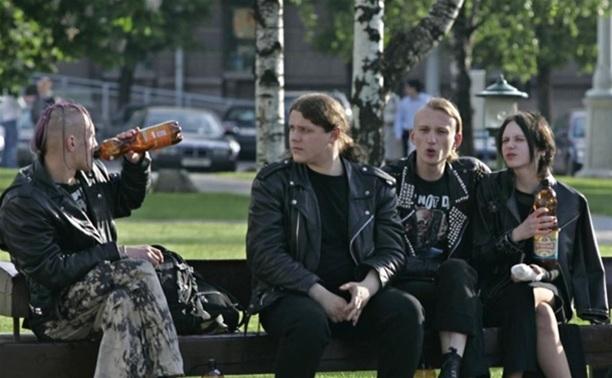 Во дворе шумные компании распивают спиртные напитки? Звоните в полицию
