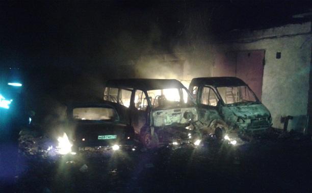 В Новомосковске одновременно сгорели четыре автомобиля