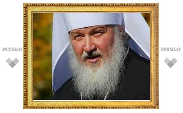 Патриарх Кирилл и Юрий Лужков подарили слабовидящим детям наборы специальных книг
