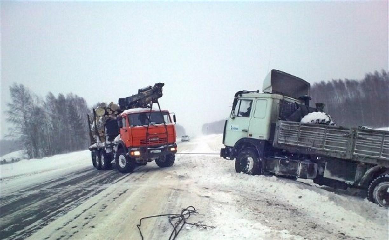 Кировские спасатели вытащили из заснеженного кювета большегруз туляка