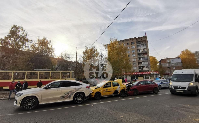 На ул. Металлургов в массовом ДТП пострадали два пешехода