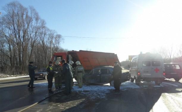На Новомосковском шоссе столкнулись КамАЗ и «шестёрка»