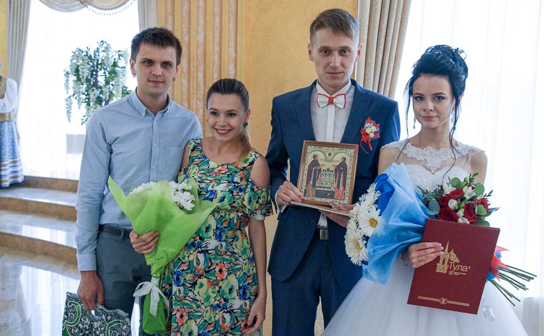 В тульском Дворце бракосочетания прошла церемония передачи «Эстафеты семьи»