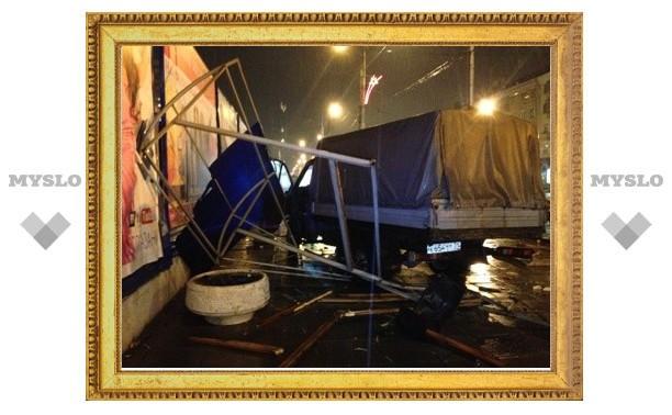 В Туле грузовая ГАЗель протаранила остановку: двое ранены