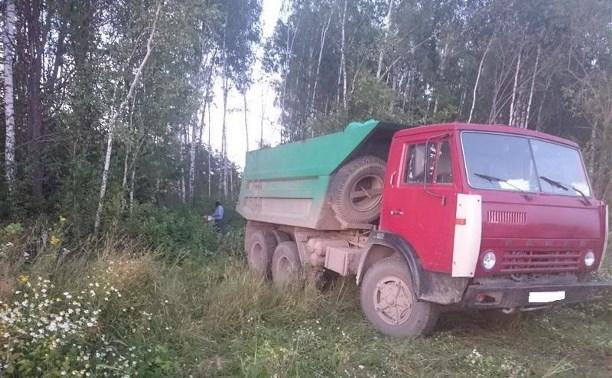 В Алексинском районе КамАЗ задавил лежащего в кустах мужчину