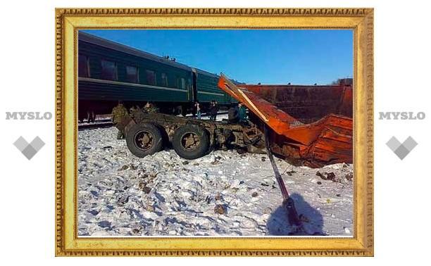 У границы Тульской и Липецкой областей столкнулись КамАЗ и поезд