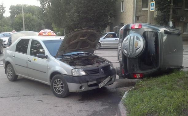 В Туле в результате аварии перевернулся автомобиль