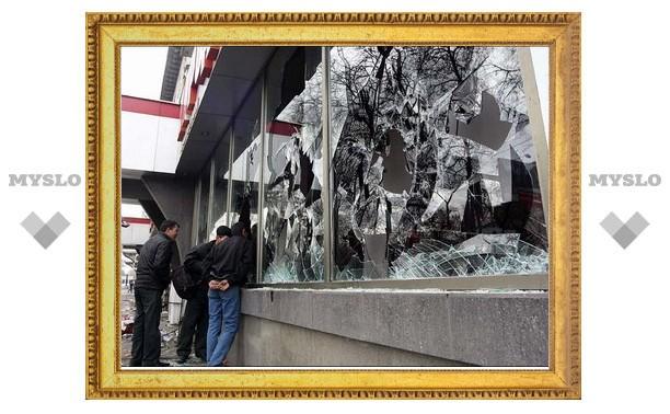 Под Тулой хулиганка разбила витрину магазина