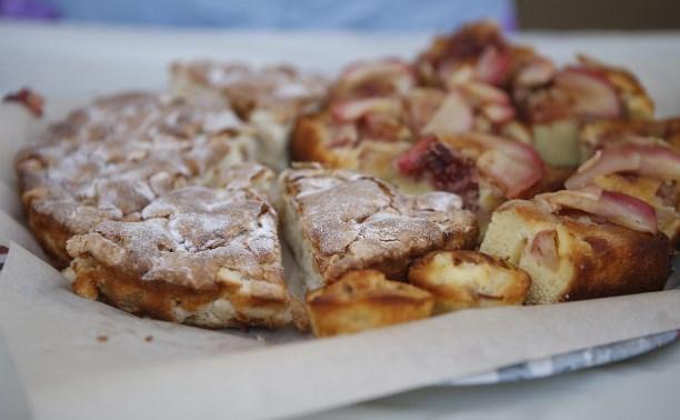 На площади Ленина проходит благотворительный фестиваль яблочных пирогов