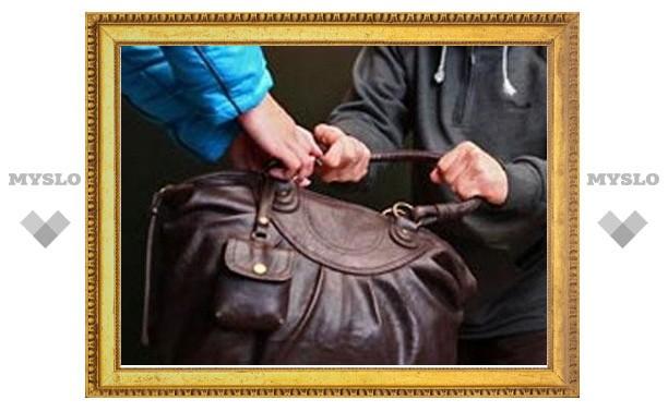 Туляк, угрожая женщине ножом, украл сумочку