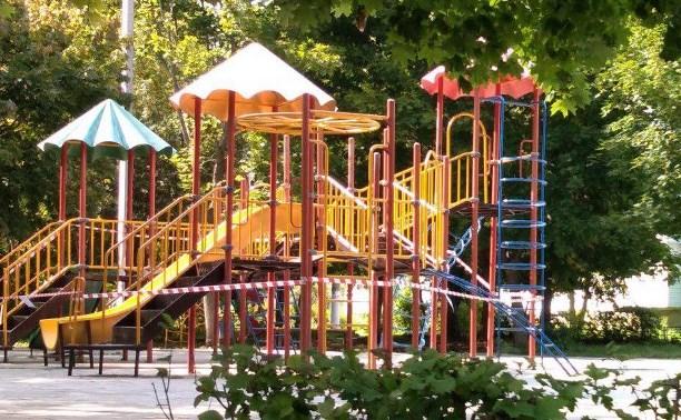 После падения футбольных ворот на школьницу в поселке Рассвет закрыли все детские площадки