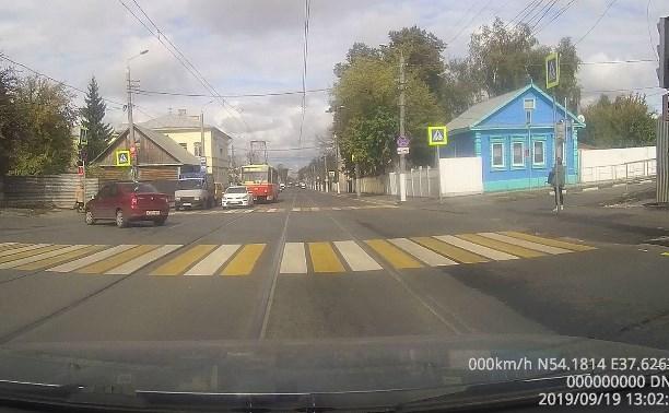 Водитель Renault Logan дважды нарушил ПДД на улице Оборонной в Туле