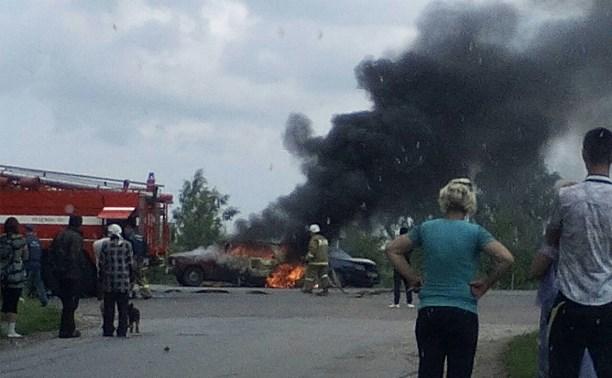 На Новомосковском шоссе столкнулись и загорелись два автомобиля