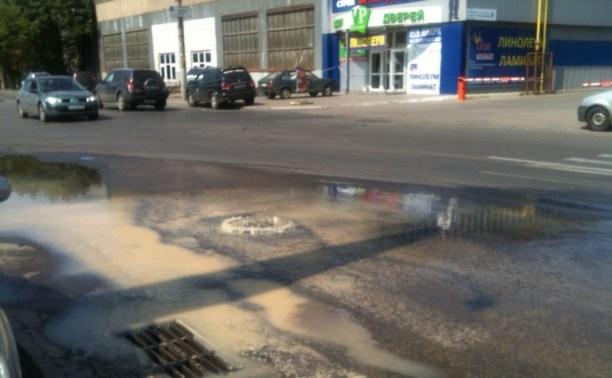 На Мосина из колодца на дорогу хлещет вода