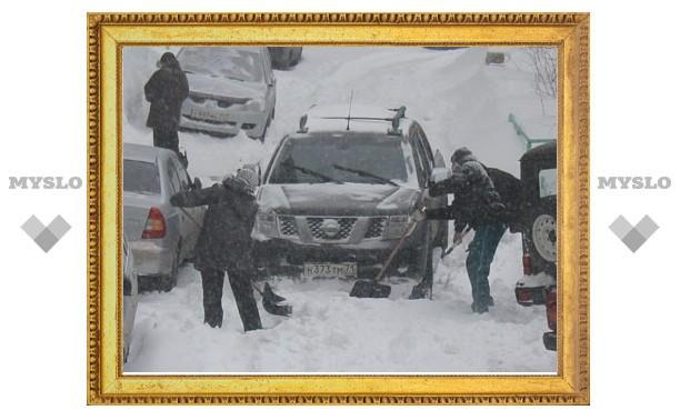 Снегопад в Тульской области: во дворах застревают даже джипы!
