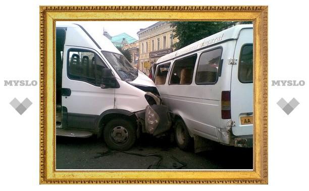 В серьезном ДТП с маршрутками невольно поучаствовала Toyota Corolla